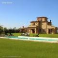 Прекрасная загородная усадьба с бассейном